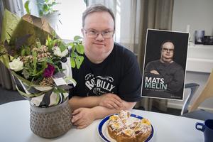 Boken kommer att släppas på fredagen, men Mats Melin firades redan under tisdagen med blommor och fika i Glada Hudik-teaterns lokaler i Hudiksvall.Bokomslag: LL-förlaget