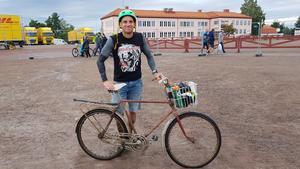Med cykelpumpen på pakethållaren och verktygssats, vattenflaskor och regnjacka i cykelkorgen tog det 4 timmar och 42 minuter att genomföra Cykelvasan. Foto: Privat.