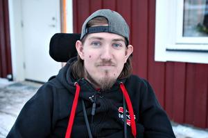 Joel Ekström når inte längre upp till gränsen för att få assistans av försäkringskassan. Detta trots att hans hjälpbehov inte har förändrats, enligt läkarintyg.