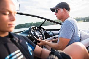Pappa Olof Täfvander kör båten och fungerar som tränare.