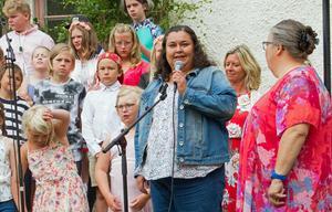 Solange Nordh och Anna Axelsson, från förälrarådet  utbringade en skål, i alkoholfri cider, för skolan och för att förskoleklassen blir kvar.