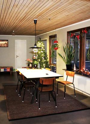 Köksbordet är dansk design och köpt på Riise möbler och köksstolarna kommer från en retrobutik i Stockholm.