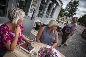 Skogsbranden är inte mer än ett par mil ifrån Särna och röken har legat länge över orten. Susanne Olsson upplever att turismen sjunkit men att man tittar in hos varandra och är noga med att heja.
