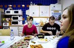GÖR OLIKA. Suzana Pranjic, Patrik Parner och Malin Smedberg är jobbarkompisar på Ericsson men äter sällan lunch tillsammans på jobbet. Suzana och Patrik brukar äta ute, medan Malin oftast har matlåda med sig.