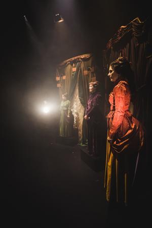 Tre skapande kvinnor med psykiatriska diagnoser: Sigrid Hjertén, Nelly Sachs och Agnes von Krusenstjerna iscensätts nu i Folkteatern Gävleborgs musikaliska verk, Den sårade divan. Foto: Tomas van der Kaaij