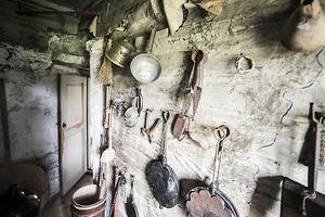 I rummet bakom spisarna finns diverse verktyg som en gång användes bland annat vid matlagning.