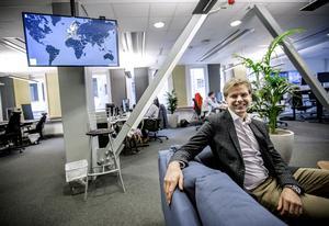 Erik Fjellborg mitt i det öppna kontorslandskapet på företagets huvudkontor i Stockholm.