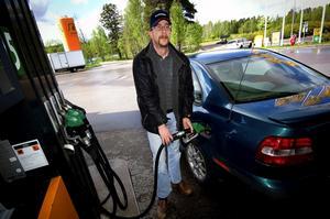 Långpendlare. Hans Östlin lägger ned mellan 4000 och 5000 kronor på bensin i månaden. – En höjning om än bara med tio öre märks direkt. Foto: Janne Eriksson