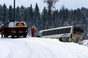 Bussen på norra Alnö landade ett tiotal meter ut i diket på måndagsmorgonen efter att ha kört rakt fram i en av de skarpa kurvorna på Näsetvägen.