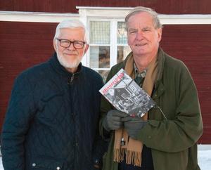 Kurt Jonsson och John-Christer Åhlander med årets Skinnarebygd.Foto: Gunvor Jonsson