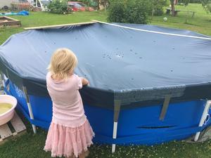 Även Mats Näsmans tre barn har drabbats av poolvandalerna som skurit sönder deras nya pool.