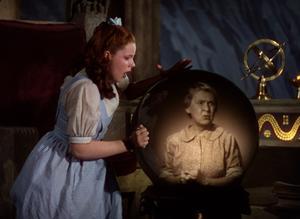 Dorothy (Judy Garland) ser sin tant Em (Clara Blandick) i en kristallkula. Foto: Folkets Hus & Parker