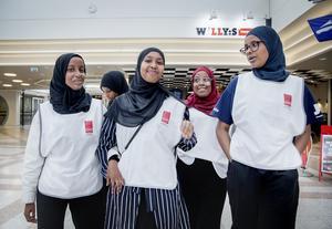 Några av de unga kvinnor som patrullerar olika ytterområden fram till valet.