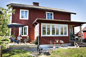 Den gamla skogsarbetarbostaden finns med i en förteckning över skyddsvärda hus i Ockelbo kommun. Därför har den nya utbyggnaden fått göras varsamt och i samråd med  Länsmuseets byggnadsantikvarier. Fönstren har nytillverkats för att passa huset, liksom plåtarbetena i gammal stil som är gjorda av Lingmans Kulturplåtslageri i Järbo.
