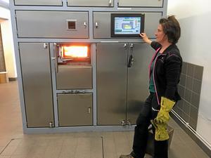 Vaktmästaren Anette Kärfve sköter den rapsoljedrivna kremeringsugnen. Tanken rymmer 5000 liter och fylls på fyra gånger om året.