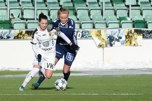 Umeås kapten Johanna Nyman och SDFF:s Alva Grahn.
