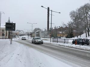 På måndagsförmiddagen snöade det kraftigt i Skövde. Det väntas övergå till regn, men senare idag kan det övergå i regn. I natt när vagbanorna fryser är det därför risk för plötslig ishalka.