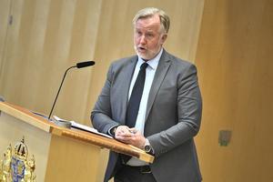 Liberalernas riksdagsledamot Johan Pehrson vill att den som begår upprepade eller grova brott mot en förälder inte ska få ärva mot dennes vilja.
