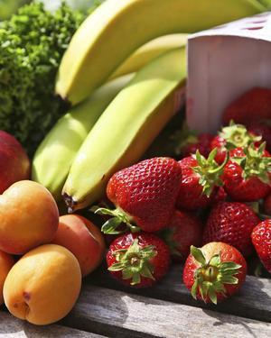 Satsa på mycket frukt och grönt när skollovet börjar.   Foto: Dan Strandqvist