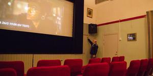 Den nya filmduken ska hänga utanför scenhålet och blir större än dagens, förklarar Pelle Nygren. Biosalongen i Mölnbo har 80 platser.