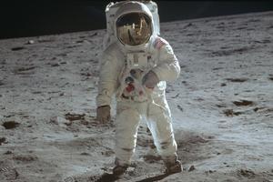 Astronaut Buzz Aldrin, månlandarpilot, gående på ytan av månen 20 juli 1969. Foto: Neil Armstrong / NASA via AP.