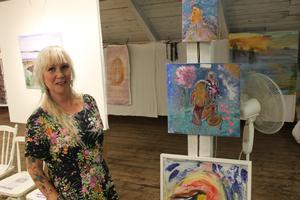 Rosy Lindvall beskriver sig som en känslomänniska som gillar att måla i färgsprakande färger.