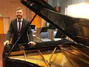 Henrik Berg går från tillvaron som frilansande pianist i Hamburg till fast anställd kantor i Rättvik.