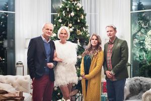 Julfriden på Solsidan får ett abrupt slut när Anna och Alex (Mia Skäringer och Felix Herngren) berättar för Fredde och Mickan (Johan Rheborg och Josephine Bornebusch) att de ska skilja sig. Pressbild.