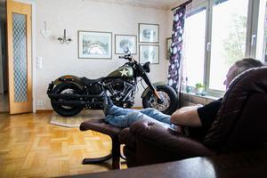 Magnus Lagerhorn längtar efter att köra ut sin nyinköpta Harley-Davidson ur vardagsrummet.
