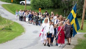 Fränstaskolan höll på traditionen med gemensamt fanlett tåg från skolan ner till kyrrkan.