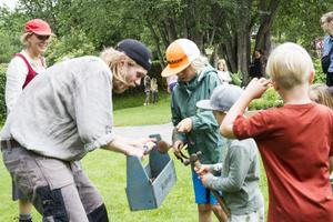 Barnen är involverad i letandet av vaktmästarens verktyg.