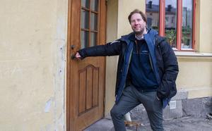 """Jakob Sillén visar gamla Bärsingshuset där han började sin journalistiska karriär. Sedan 2014 är han områdeschef på Sveriges Radio Mälardalen. """"Här gick jag in och innanför fönstren här bakom satt jag och Patrik Mörk och skrev""""."""