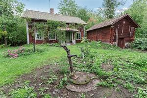 Den nuvarande ägares mor föddes på gården 1919 och huset har varit bebott av en äldre dam fram till 2012. Foto: Mäklarcentrum