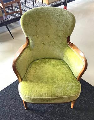1800-talskänsla. Nog ser den skön ut att sjunka ner i, fåtöljen 1206 som designades 1938 av Axel Larsson för Svenska möbelfabriker i Bodafors. En riktig klassiker.