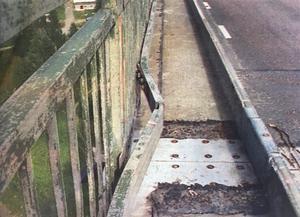 En järnbalk på Alnöbrons ena broräcke har fått en solkurva.