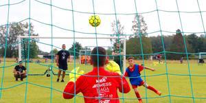 Ljud från en fotbollsplan kan inte jämföras med industribuller. Lagstiftningen måste skrivas om, anser debattörerna.