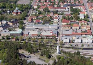 Flygbild över centrala Söderhamn–innan de östligaste pyramidalmarna togs bort.