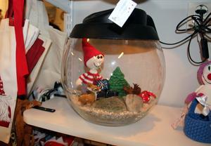 Systugan design Ta till vara i Borlänge. Speciell öppning på måndag för att starta försäljning av julsaker. Här ett glasakvarium med dekorationer, bland annat en virkad tomte.