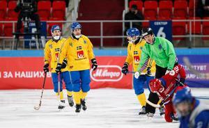 Per Hellmyrs skadade sig i den här situationen med Pavel Bulatov.