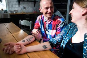 De båda har starka band till skogen och det har de valt att symbolisera med en egendesignad tatuering som de har på höger underarm.