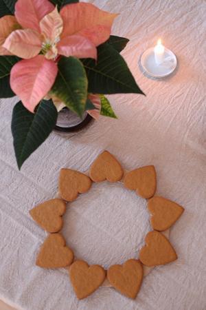 Limma fast pepparkakorna med spetsen utåt. Foto: Caroline Klinker
