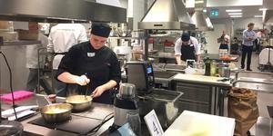 Vild verksamhet i skolköket på Tranellska gymnasiet. Domare gick mellan köken och studerade varje lag.