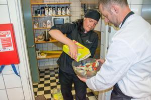 Kökschefen Kristina Blomberg fyller på med glass.