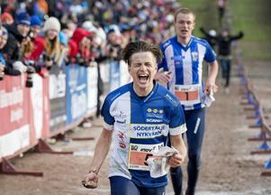 Jonas Leandersson går i mål på sista sträckan under orienteringstävlingen tiomila i Falun på söndagen.