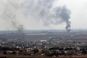 Nyligen fick vi åter ta del av nyhetssändningar med rapporter om bombattacker och markstrider mot civila människor. Turkiet anfaller kurder, som flyr för sina liv, skriver Eva Mjönes och Sundsvalls Asylkommitté. Foto: Lefteris Pitarakis/TT