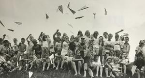 1986. Du ska inte tro det blir sommar förrän många papperssvalor flugit ovanför Anundshög i Västerås. Nu är det sommar