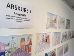 Utställningen skildrar elevernas konstnärliga utveckling under tre år i skolan.