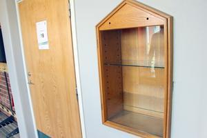 Inbyggda vitrinskåp för elevarbeten.
