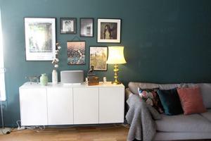 Från ljusbeige till mörka, petrolblå väggar i vardagsrummet.