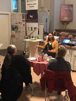 Matvärdens Linda Eleverstig berättar och samtalar engagerat om landskapets fina matvärden. Hon trycker på att hon vill få våra nära producenters produkter på tallriken.